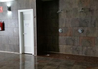 Zona de duchas junto al vaso de la piscina